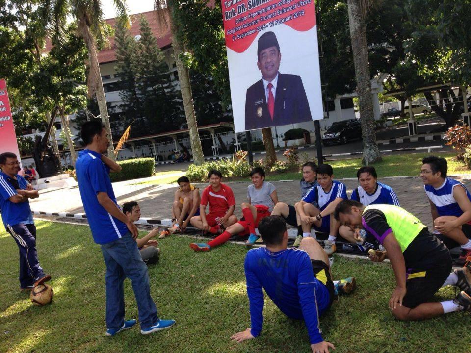 Coach Alen Mandey dan Johan Heydemans, ketika memberikan pengarahan kepada pemain futsal Siwo Sulut.