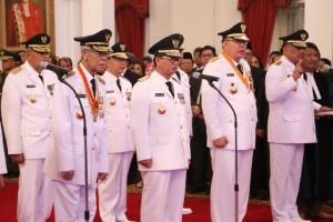 Gubernur Olly Dondokambey bersama para gubernur lainnya saat membacakan sumpah jabatan