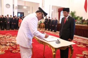 Gubernur Sulut Olly Dondokambey menandatangani berita acara pelantikan dihadapan presiden Joko Widodo