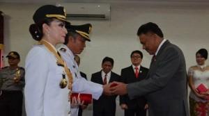 Gubernur Sulut Olly Dondokambey saat memberikan piagam kepada Wakil Bupati Frangky D Wongkar