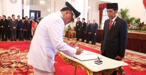 Gubernur Sulut Olly Dondokambey saat menandatangani berita acara pelantikan dihadapan Presiden RI Jokowidodo