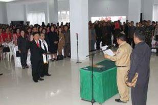 Sumendap saat melantik Liwe sebagai Sekretaris Daerah Mitra