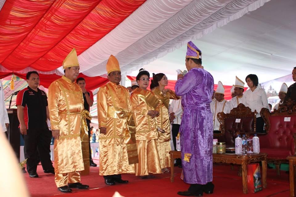 Penganugerahan gelar adat terhadap Penjabat Gubernur Sulut Sonny Sumarsono dan Wakil Walikota Bitung max Lomban oleh tokoh adat Nusa Utara