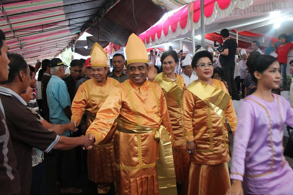 Penjabat Gubernur Sulut didampingi istri dan Wakil Walikota Max Lomban dan istri, saat menyalami warga