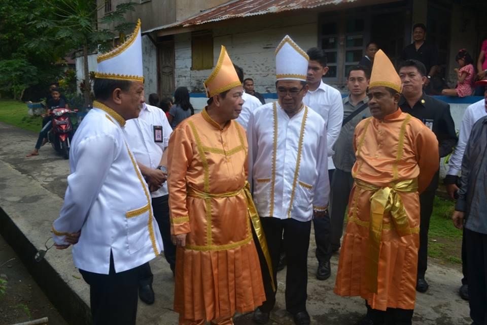 Wakil Walikota Bitung terpilih periode 2016-2021 Maurits Mantiri (paling kiri) berbincang-bincang dengan Walikota Bitung terpilih periode 2016-2021 Max Lomban dan penjabat Gubernur Sulut Sonny Sumarsono di acara gelar adat Tulude