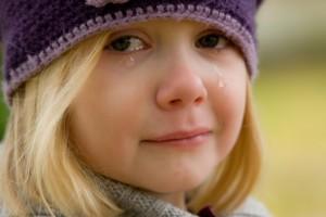 MANADOTODAY - Anda merupakan tipe orang emosional, gampang menangis misalnya, atau sering disakit pacar mungkin, pasti memalukan jika Anda sedang ditempat kerja atau sedang berkumpul dengan teman kemudian Anda datang dengan mata yang bengkak dan merah karena habis menangis.