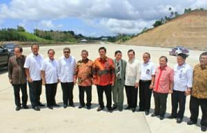 Menko Perekonomian Darmin Nasution, Wakil Gubernur Sulut Steven Kandouw, dan pejabat terkait lainnya, ketika meninjau lokasi pembangunan jalan tol Manado-Bitung dan KEK Bitung