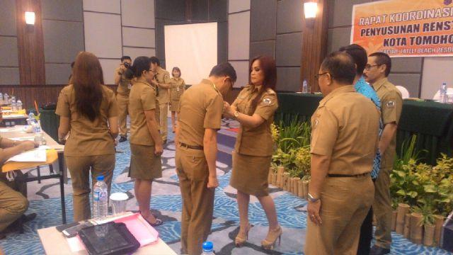 Wakil Walikota Tomohon SAS memasnag tanda peserta Bimtek secara simbolis
