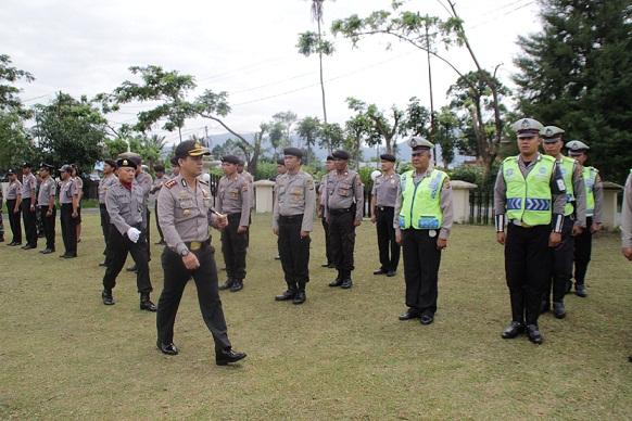 Kapolres Tomohon memeriksa pasukan pada Apel Gelar Pasukan