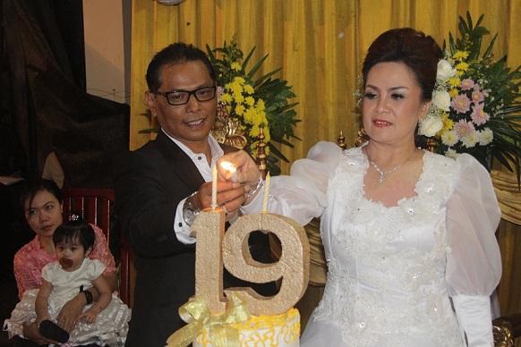 SAS memasang lilih HUT Perkawinan bersama suami Terkelin Purba