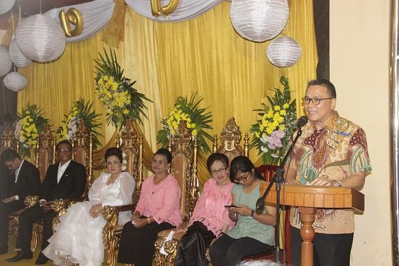 Walikota Tomohon Jimmy F Eman SE Ak memberikan sambutan di HUT ke-19 Perkawinan keluarga Purba-Sompotan