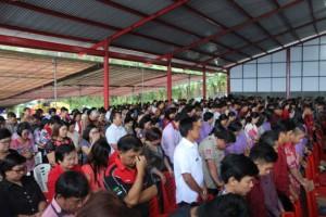 Masyarakat mengikuti ibadah paskah
