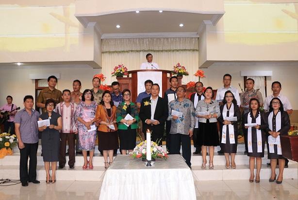 Jajaran Pemkot Tomohon membawakan puji-pujian dalam Ibadah Paskah di GMIM Baitani Matani