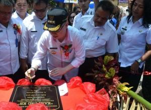 Kepsion penjabat Walikota Bitung John Palandung saat menandatangani prasasti dalam acara pencanangan kampung KB