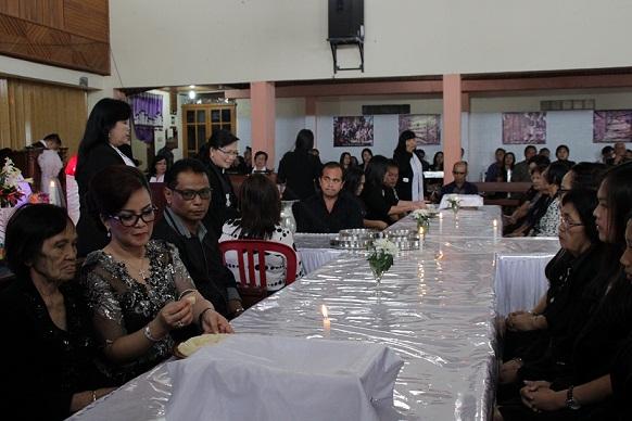 Wakil Wali Kota Tomohon dan keluarga Perjamuan Kudus Jumat Agung di GMIM Bait-El Kamasi