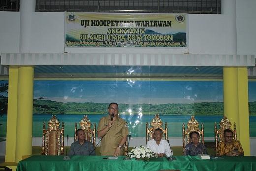 Wali Kota Tomohon saat membuka UKW PWI