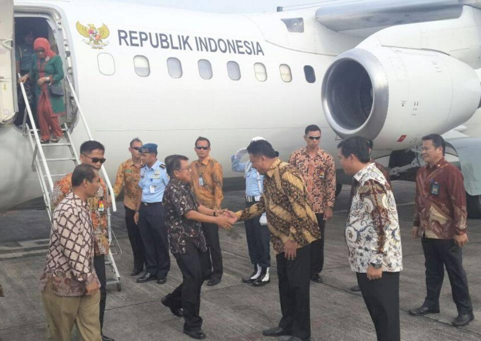Wapres RI, Jusuf Kalla, ketika tiba di bandara Sam Ratulangi Manado, yang disambut langsung Gubernur Sulut Olly Dondokambey dan Wagub Steven Kandouw