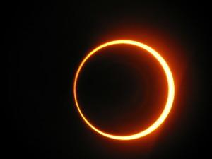 MANADOTODAY.CO.ID - Minggu ini, siang hari akan berubah jadi mal untuk jutaan orang, ketika bulan lewat tepat di depan matahari, menyebabkan gerhana matahari total.