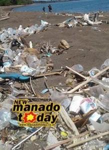 sampah yang bertebaran di pantai moinit