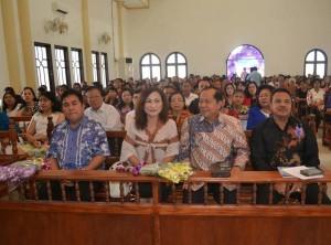 Walikota Bitung terpilih Max  Lomban dan Istri Khouni Rawung didampingi Sekot Bitung Malton Andalangi saat menghadiri ibadah serah terima di GMIM Pniel manembo-nembo