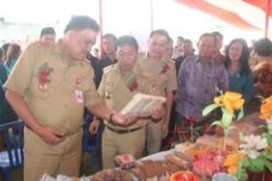 Bupati di dampingi wakil bupati dan ketua DPRD memberikan penjelasan kepada gubernur terkait produk yang dipamerkan PKK Mitra