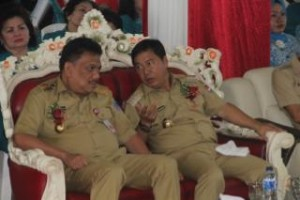 Gubernur dan bupati terlibat pembicaraan serius di sela-sela peringatan hut HKG ke-44
