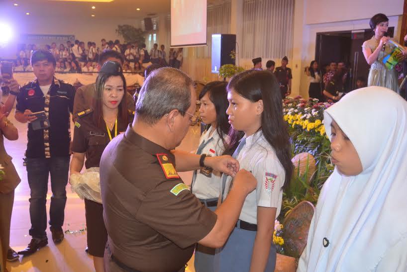 Kajati Sulut menyematkan PIN Jaksa Masuk Sekolah