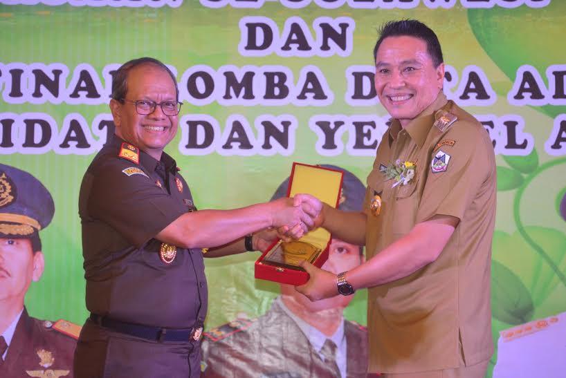 Kajati Sulut Tengku Muhammad Syahrizal SH MH dan Wali Kota Tomohon Jimmy F Eman SE Ak