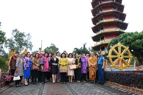 Istri KASAL bersama rombongan di salah satu objek wisata Kota Tomohon