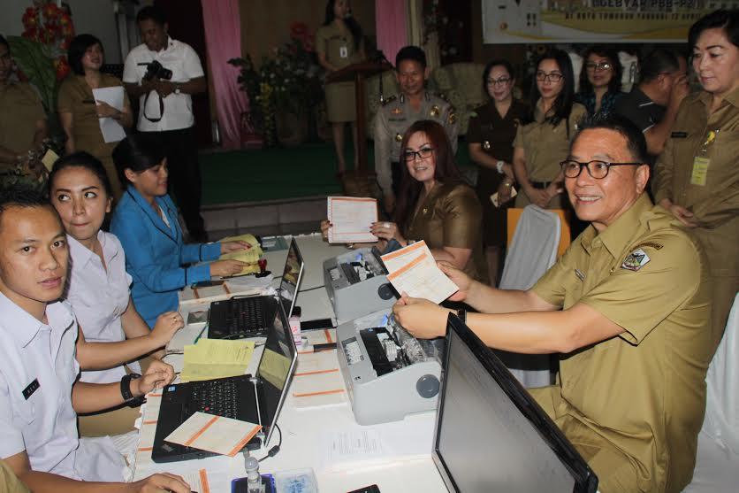 Wali Kota dan Wakil Wali Kota Tomohon bayar pajak