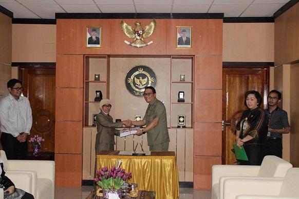 Wali Kota Tomohon didampingi Kadis DPPKBMD menyerahkan LKPD 2015 kepada BPK-RI