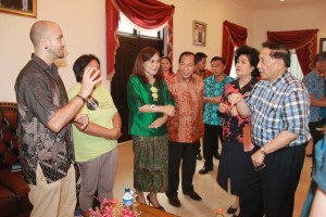 Duta Yaki asal United Kingdom, EE Mangindaaan, Walikota Max Lomban dan duta Yaki Indonesia Ny khouni lomban Rawung, saat bebincang tentang kelangsungan hidup Yaki, di rudis Walikota.