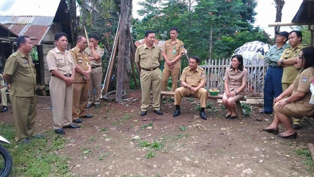Tim Pemprov Sulut bersama perwakilan Pemkab Minahasa dan Pemkab Minsel, ketika menyelesaikan persoalan batas wilayah Minahasa - Minsel di jl. Trans Sulawesi, antara Desa Senduk (Minahasa) dan Desa Munte (Minsel)