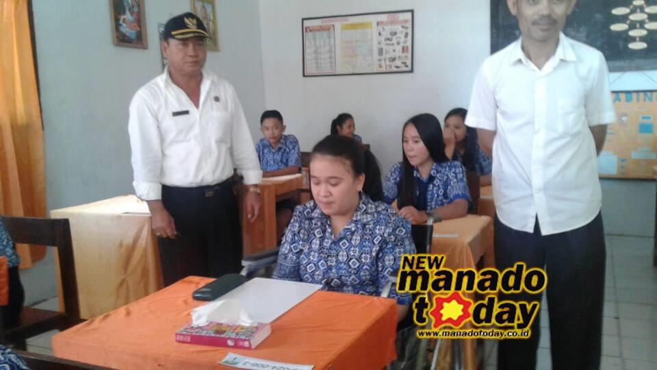 Gloria Kojongian, diapit Kepsek SMP N 1 Motoling Johny Pongantung (pakai topi) dan salah satu guru, usai mengikuti UN hari ketiga