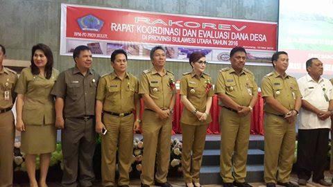 Foto bersama Gunbernur Olly Dondokambey dan Bupati Tetty Paruntu, serta sejumlah pejabat usai pelaksanaan rakorev dana desa Provinsi Sulut tahun 2016