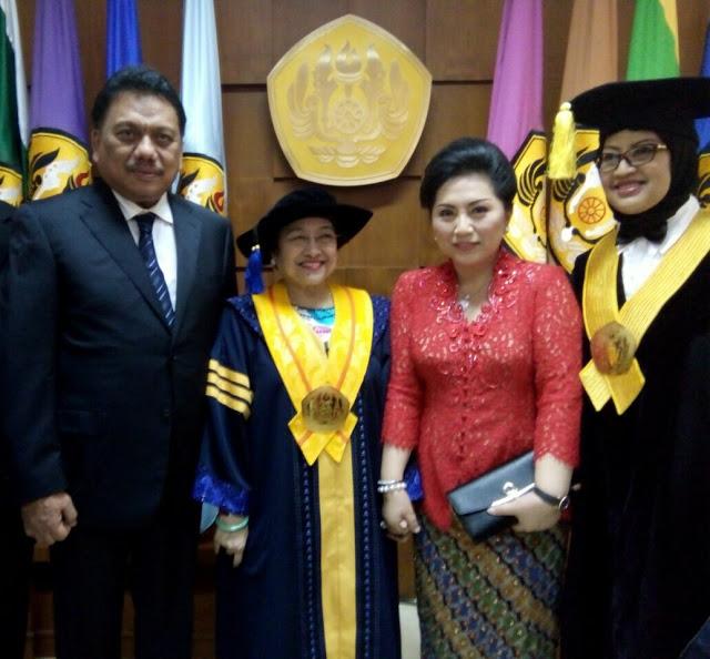 Gubernur Sulawesi Utara, Olly Dondokambey,TP. PKK Sulut, Rita Dondokambey, Megawati Soekarno Putri,  gelar Docktor Honoris Causa