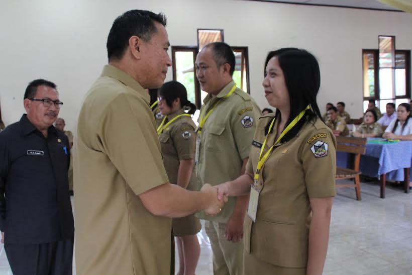 Wali Kota Tomohon menyematkan tanda peserta kegiatan