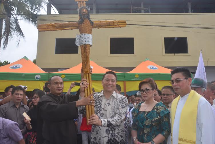 Wali Kota dan Wakil Wali Kota Tomohon menyambut Salib IYD