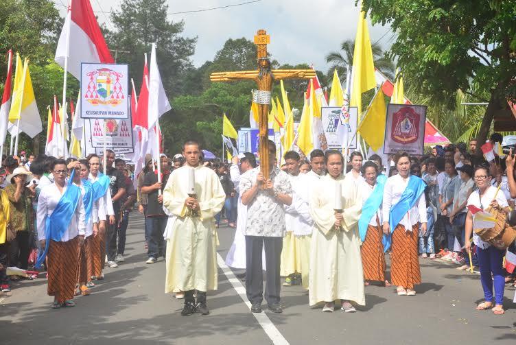 Orang Muda Katolik yang membawa Salib Indonesian Youth Day