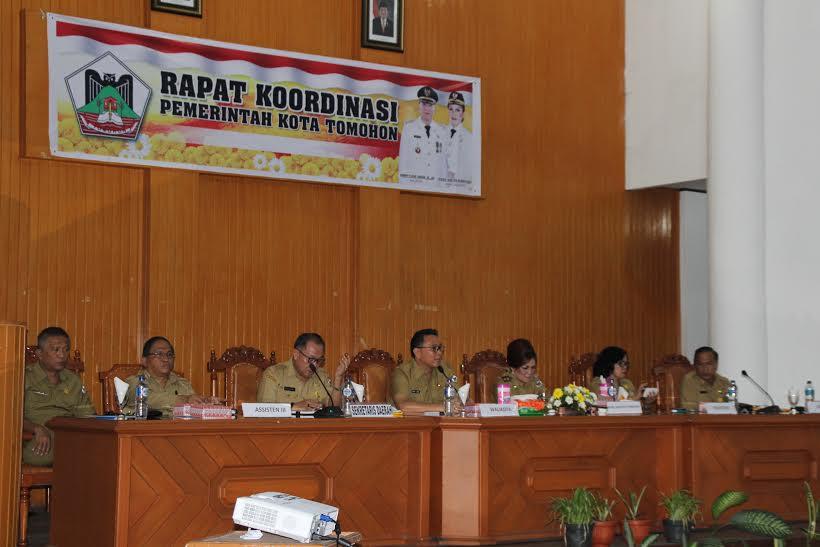 Wali Kota dan Wakil Wali Kota Tomohon memberikan pengarahan kepada jajaran Pemkot Tomohon