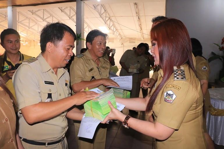 Wakil wali Kota menyerahkan kartu langganan persampahan