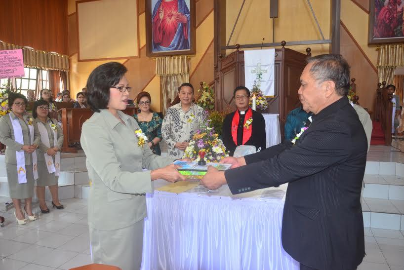 Pdt Rumbay menyerahkan pelayanan di GMIM bait-El Wailan kepada Pdt Mantiri