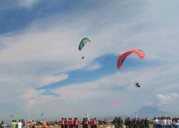 "Penampilan para penerjun di acara pembukaan ""Manado Internasional Open Parachuting Championship""."
