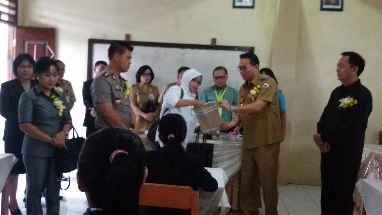 Wali kota membuka naskah Ujian Nasional SMP