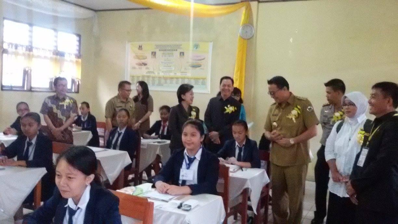 Wali kota bersama Anggota DPD-RI, Ketua DPRD, Kapolres dan jajaran Pemkot Tomohon di UJian Nasional SMP