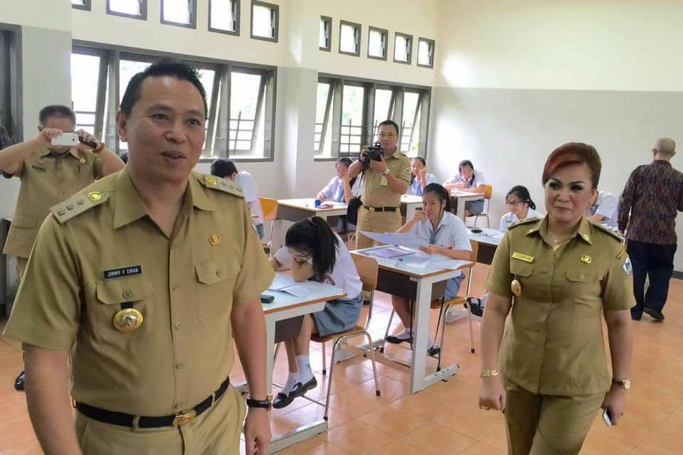Wali Kota Tomohon Jimmy F Eman SE Ak dan Wakil wali Kota Syerly Adelyn Sompotan saat meninjau pelaksanaan Ujian Nasional SMA-SMK waktu lalu