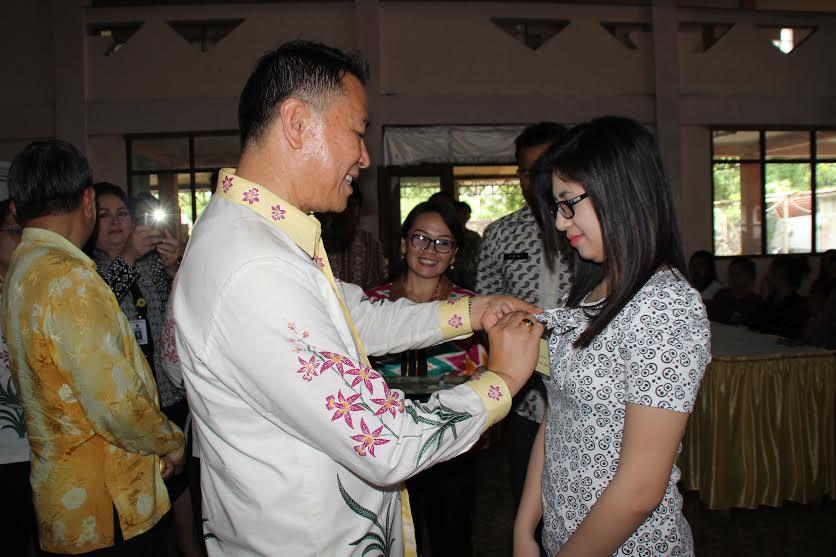 Wali Kota Jimmy F Eman SE Ak menyematkan tanda peserta