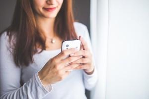 Sibuk Dengan Smartphone Saat Malam Pertama, Suami Langsung Ceraikan Istri Barunya