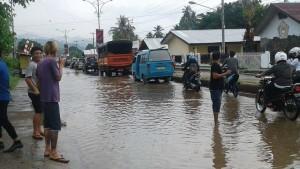 Genangan air di ruas jalan trans Sulawesi depan SMA N 1 Amurang, akibat drainase yang tidak dapat menampung debet air. (foto: manadotoday)