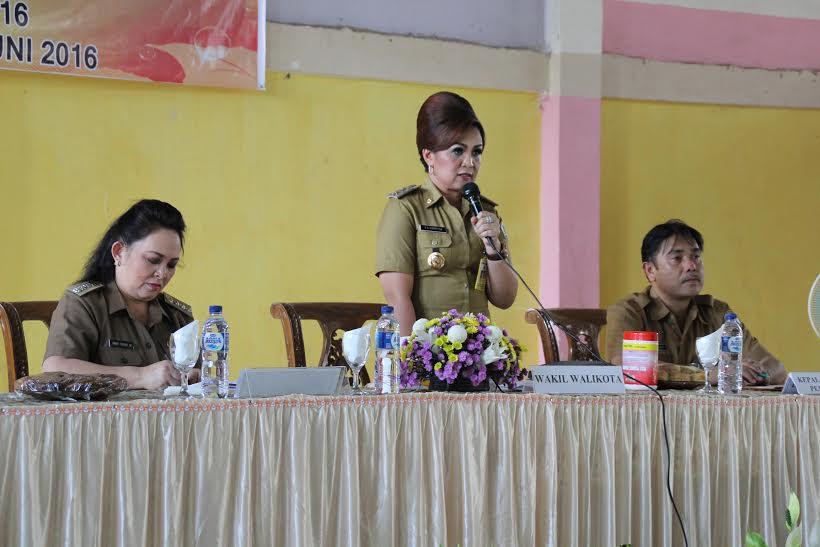 Wakil Wali Kota Syerly Adelyn Sompotan saat membawakan materi didampingi Kabag Pemerintahan Jusak ST Pandeirot SPd MM dan Camat Tomohon Utara